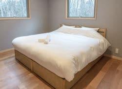Bluebird Chalets - king bed  250x183